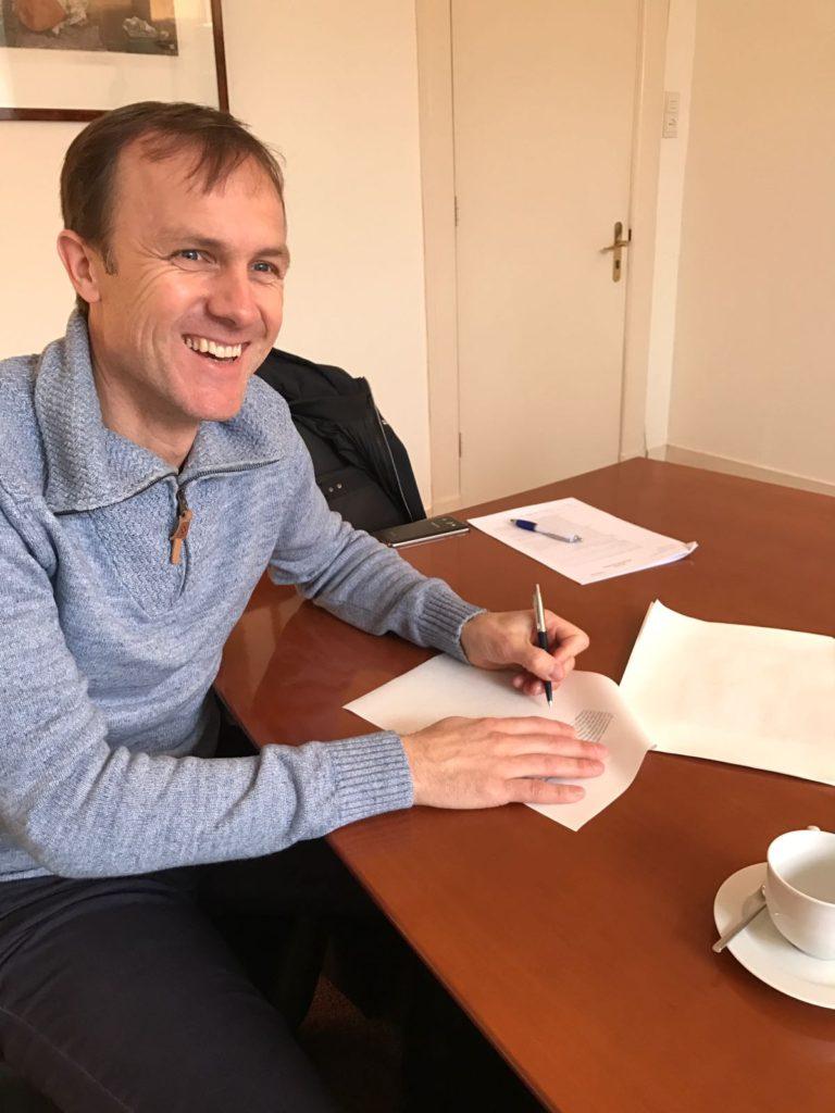Gillis Kok tekent als eerste voor de oprichting van de Stichting Ondernemers/ Innovatiefonds Zandvoort